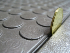 Пластиковая плитка на пол сервисного центра